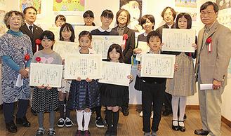 後列中央が笹倉氏。笹倉氏の右隣が大賞の庄司さん