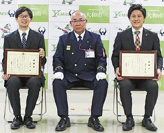 萩野谷消防長をはさみ、右が喜世副店長、左が布施さん