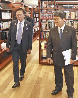 書架を見る黒岩知事(左)と大木市長