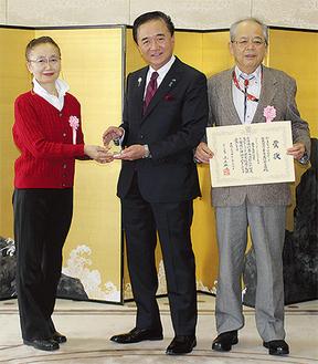 黒岩知事から表彰を受けた山瀬実行委員長と妻・孝子さん
