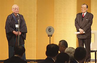 柏木学園長(右)に祝辞を述べる斎藤元議員(左)