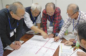 地図を見ながら対応を検討する自治会長たち