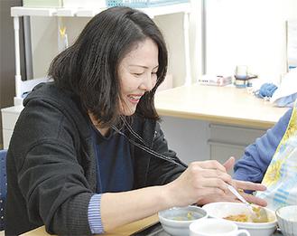 食事の介助をする参加者