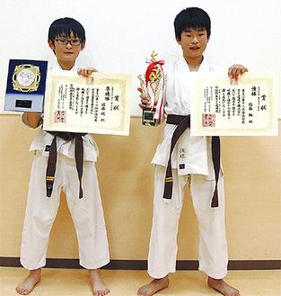 賞状を持つ佐藤楓君(右)と弟の瑞君