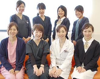 患者やその家族の目線に立って、きめ細やかな応対を心掛けている遠藤院長(前列中央右)とスタッフ
