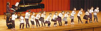 踊りながら歌う子どもたち