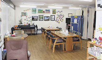 「じどうかん」は昼間デイサービス施設として利用されており、リハビリなどで使用される卓球台なども置いてある