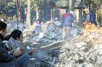 火で団子を焼く子ども