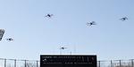 上空を自動操縦で飛ぶ5機のドローン