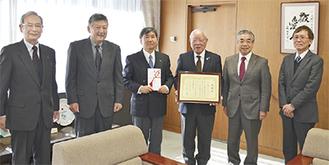 市役所を訪れた会員たちと市長