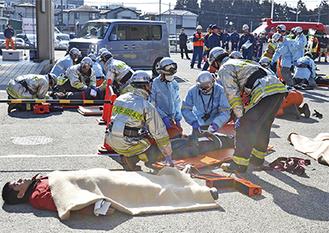 訓練であちらこちらに倒れている傷病者の対応にあたる消防署員たち