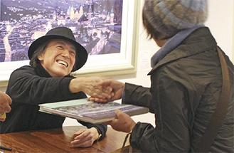 笑顔で握手に応じる笹倉氏