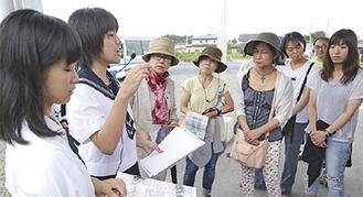 小山さん(左端)と尾形さん(左から2人目)は、2015年から現地ガイドとして震災体験を語った。