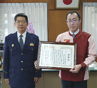感謝状を受け取る菊地副店長(右)と小林署長
