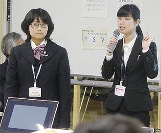 語り部ボランティアの添田さん(右)と武山さん