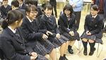 地元の高校生たちと笑顔で意見交換