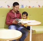 親子でゆっくり本を読むスペースもある子育て支援施設