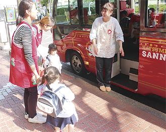 東急スクエア付近で通園バスを乗降