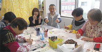 山口さん(中央右)、内藤店長(中央左)とボランティア