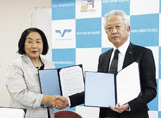 協定を交わす鈴木県歯科医師会会長(右)と県歯科衛生士会の鈴木会長