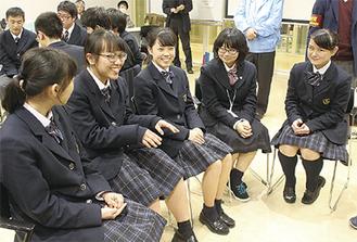 東日本大震災の語り部ボランティアの高校生・大学生と意見交換の様子=今年3月