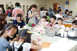 参加者で賑わう調理室