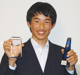 受賞トロフィーを持ち笑顔の岡田君