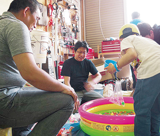 ボランティアとしてイベントに参加した野田さん(中央)