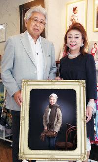 受賞作品を囲む前田さん(左)と高橋さん