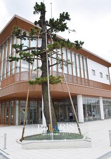 小田急線の線路沿いに建つポラリス