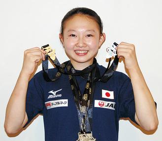 メダルを手に笑顔の柏木さん