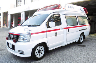 救急車や白バイなど「はたらく車」が展示される