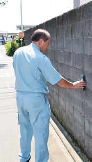 小林さん宅のブロック塀を調べる専門家