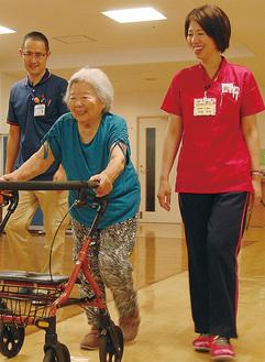 利用者の歩行を確認する「ひまわりの郷」佐藤さん(右)と桜ヶ丘中央病院の小野さん(左)