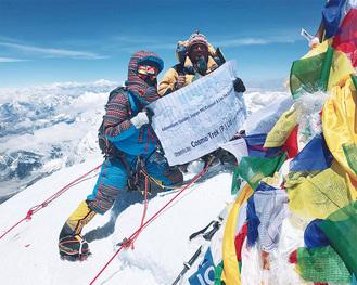 5月20日、エベレスト登頂に成功(左が松下さん)