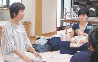 福田さん(左)に合わせて深呼吸する母親