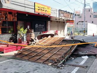 大和駅前の銀座通りでは飛ばされた屋根が道を塞いだ