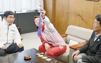 メダルの模様などを眺める青木選手(中央)と大木市長(左)