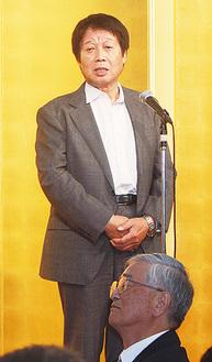 挨拶をする鈴木社長