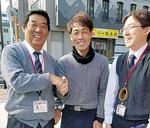 細野局長(左)と小林さん(中央)