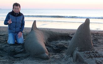 この日は日没までに3頭のイルカを製作した草薙さん=13日・片瀬西浜で