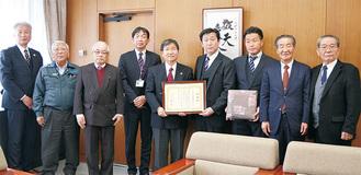 感謝状を受け取った橋本会長(右から4人目)と会員ら