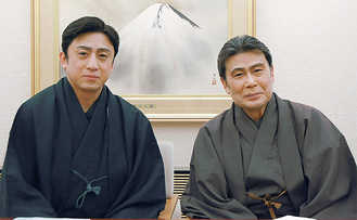 松本白鸚さん(右)と松本幸四郎さん=2月14日、銀座・歌舞伎座
