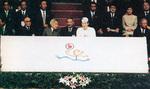 両陛下の間で競技の説明をするのは県バドミントン協会の杉田会長(大和市バドミントン協会50周年記念誌より)
