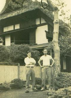 公所にあった茅葺屋根の自宅。今は浅間神社が建つ。(写真右が弘造さん)