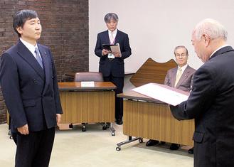 当選証書を受け取る大木市長