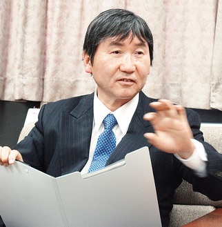 インタビューに答える大木市長