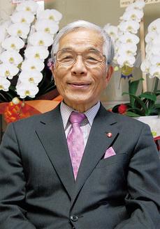 受章を喜ぶ山崎貞雄さん