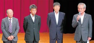 挨拶をする山元会長(右)
