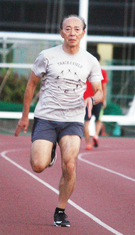 スポーツセンターで走りこむ鈴木さん
